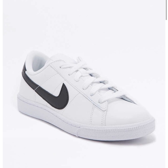 official photos 5ee12 a483d Urban Outfitters Nike Sneakers. M 5a7f5d00fcdc31990d97b978
